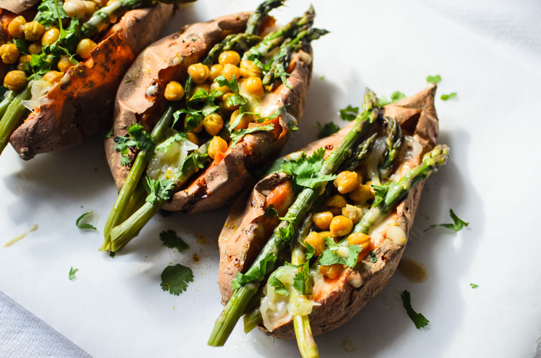 Sweet potatoes stuffed with asparagus, chickpeas and caramelised onion // vegan
