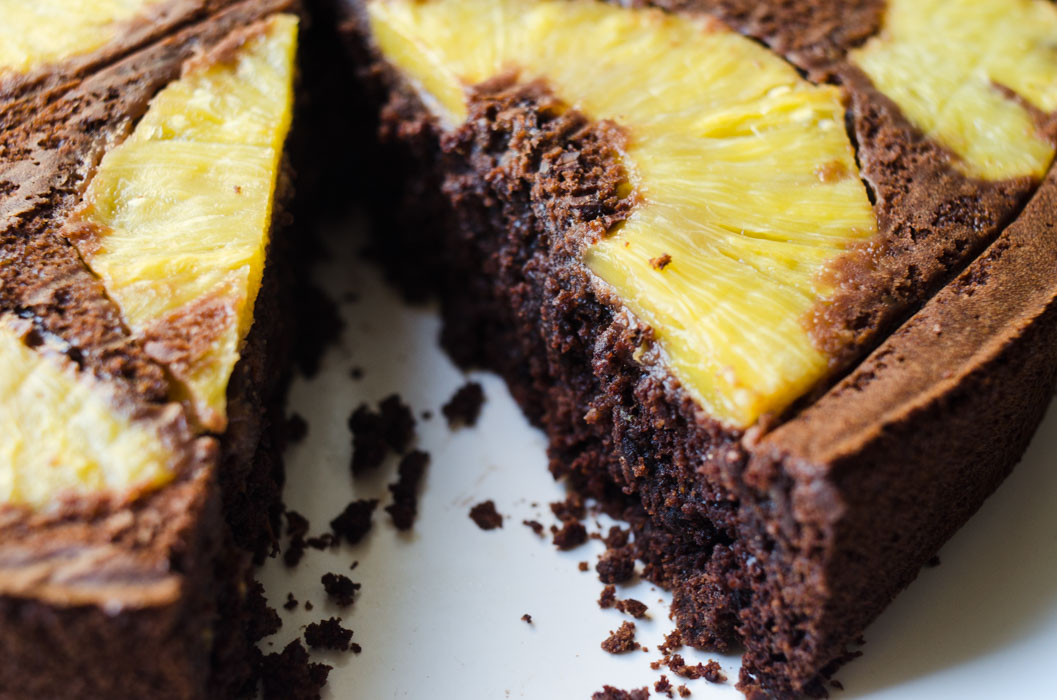 Pineapple, ginger and chocolate upside-down cake // vegan