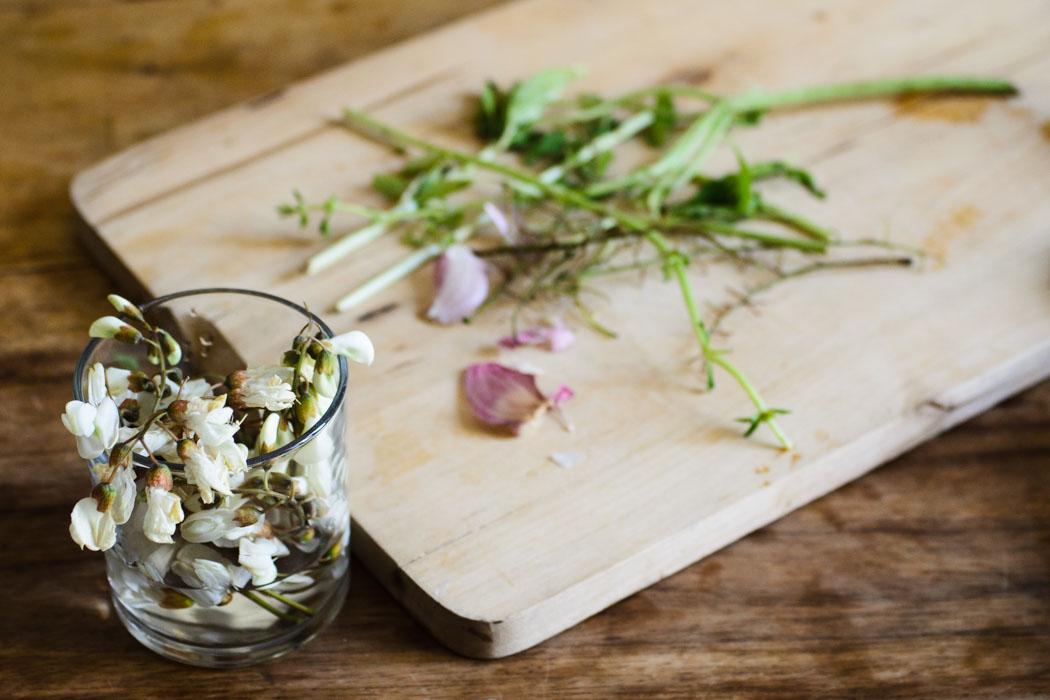 Pasta al pesto: flowers and fava beans // vegan