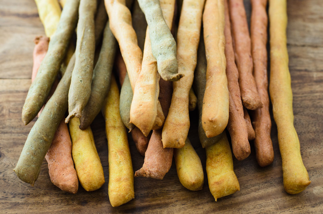 Rainbow grissini (breadsticks) with green pepper hummus // vegan