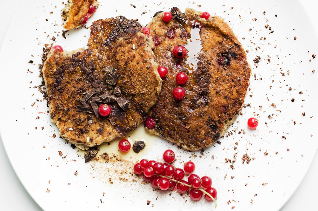 Fluffy chocolate and red currant oat pancakes // vegan