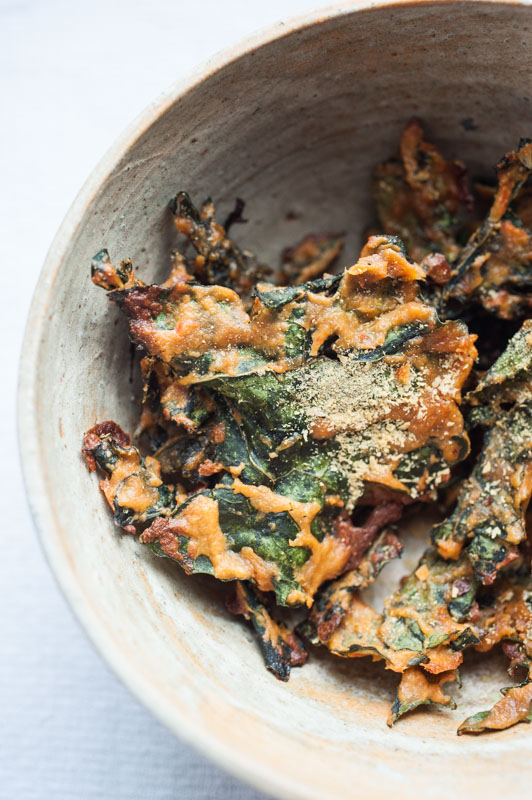 Baked kale & savoy cabbage chips (with a secret ingredient) // vegan