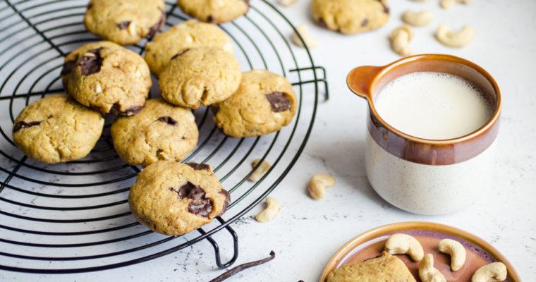 Biscotti di farina di ceci con cioccolato e anacardi {vegan, senza glutine e senza grani}