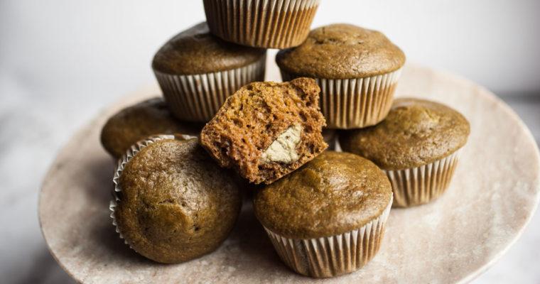 Muffin al tè matcha con cuore morbido di burro di semi di zucca {vegan}