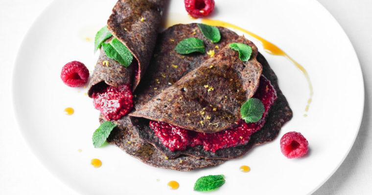 Crêpes di grano saraceno e cacao con marmellata di lamponi {vegan + senza glutine}