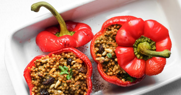 Peperoni al forno ripieni di maftoul (cous cous palestinese/gigante) con spezie e agrumi {vegan}