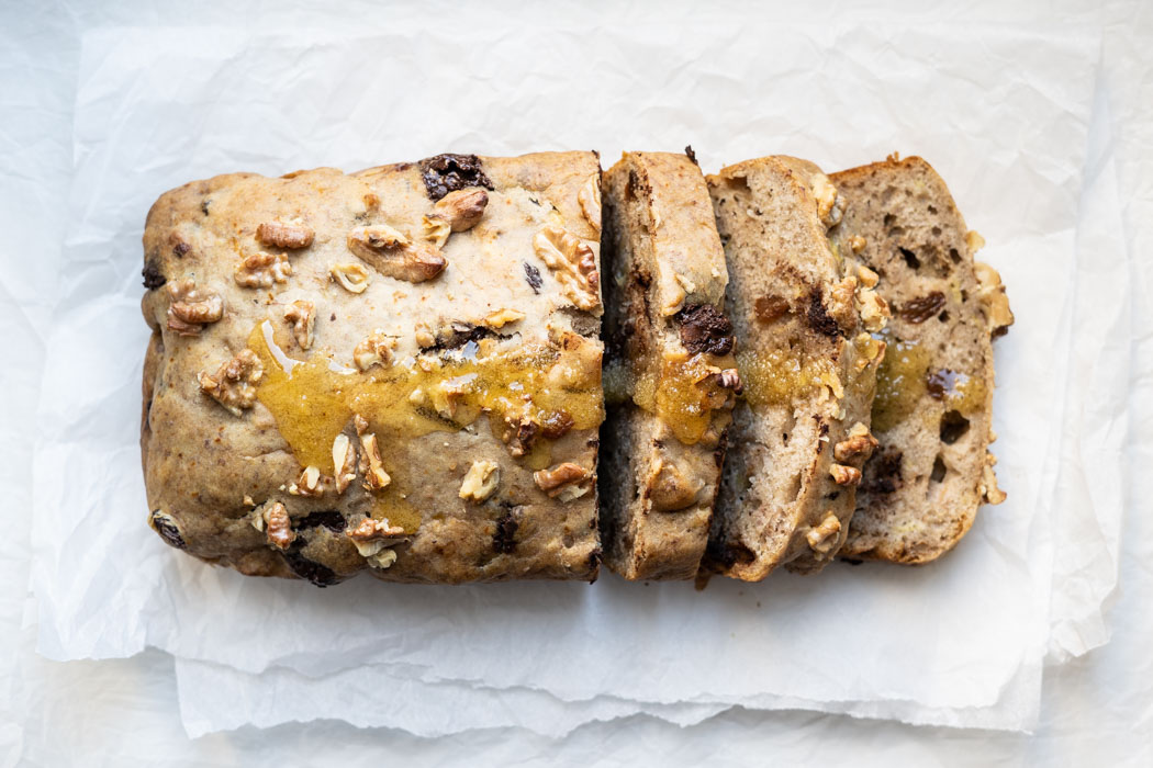 Banana bread with walnuts, raisins and chocolate {vegan} - Marta's Plants