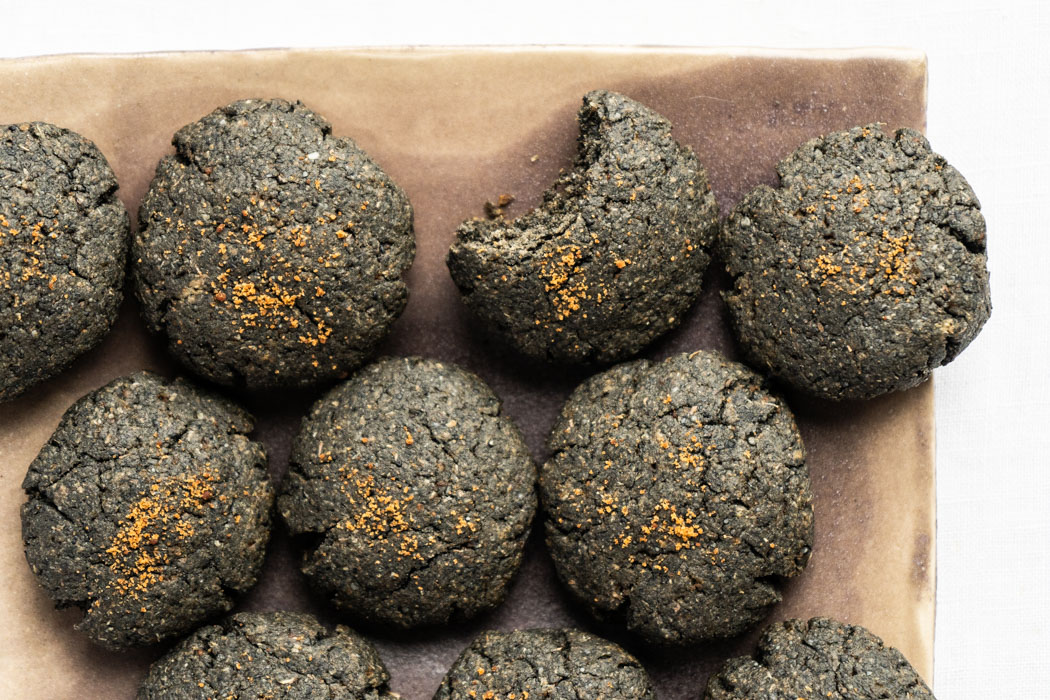 Black tahini cookies {vegan} - Marta's Plants