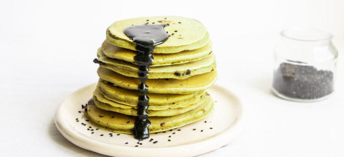 Pancake al matcha e sesamo nero {vegan}