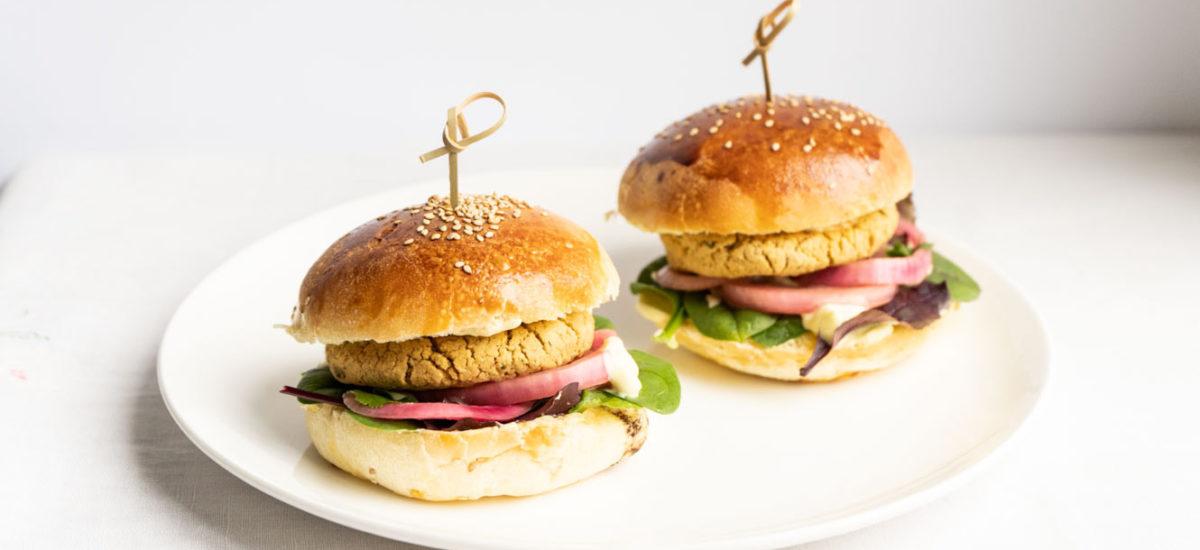 Burger di lenticchie rosse + maionese e cipolle sott'aceto {vegan}