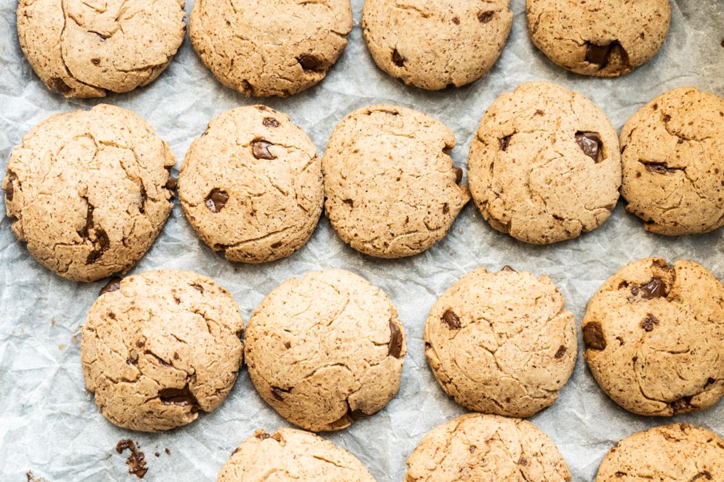 Almond butter choc chip cookies {vegan} - Marta's Plants