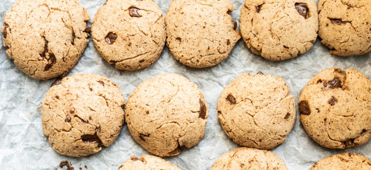 Biscotti al burro di mandorle con scaglie di cioccolato {vegan}