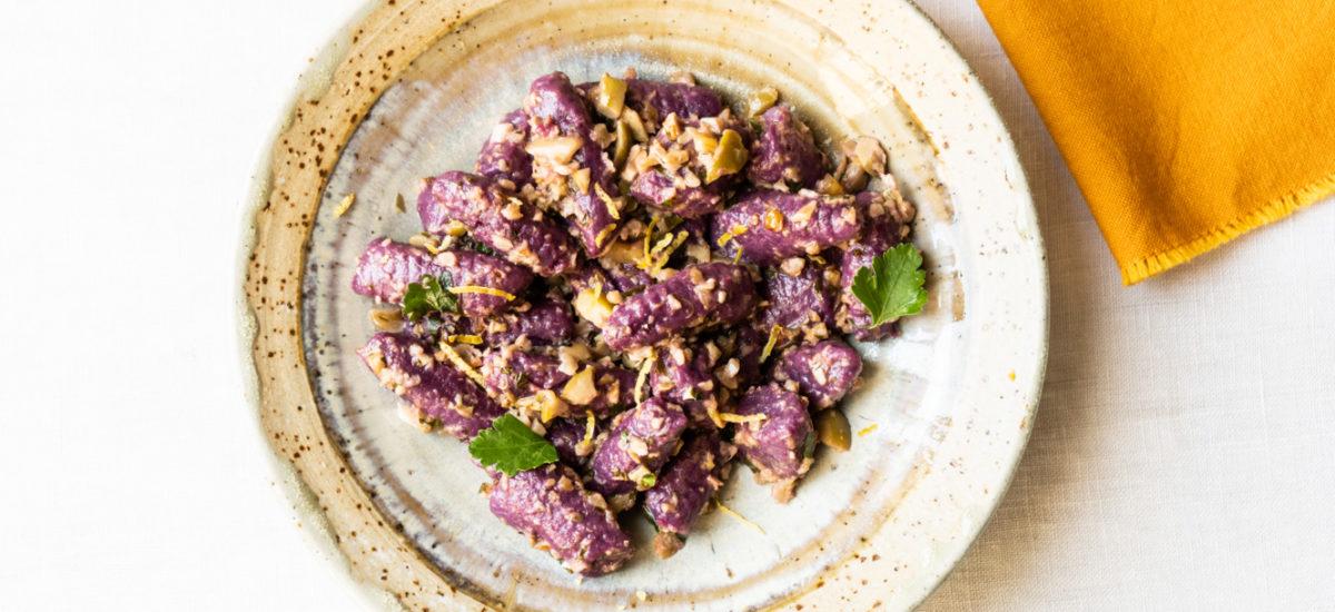 Gnocchi di patata dolce viola con pesto di capperi e noci {vegan}